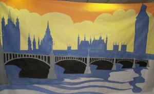Le soleil se lève sur Londres, jetant une lumière dorée sur le smog qui plane au dessous. Le bleu des immeubles se coule dans la Tamise. Le pont nous invite à entrer dans la ville. Les édifices sont suggérés seulement : pas besoin de détails.